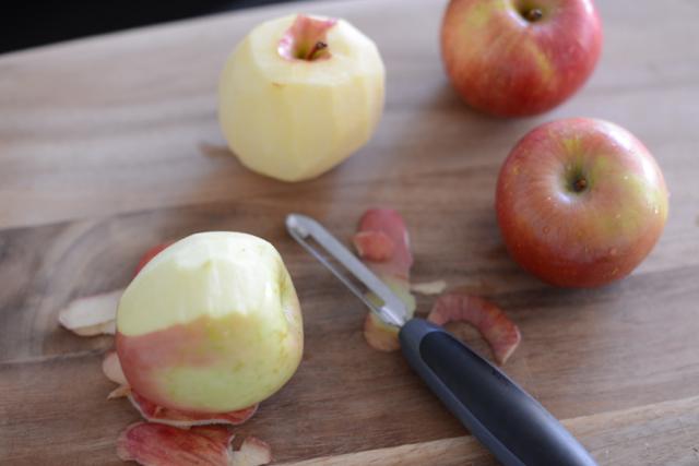 peeling apples via M Loves M @marmar
