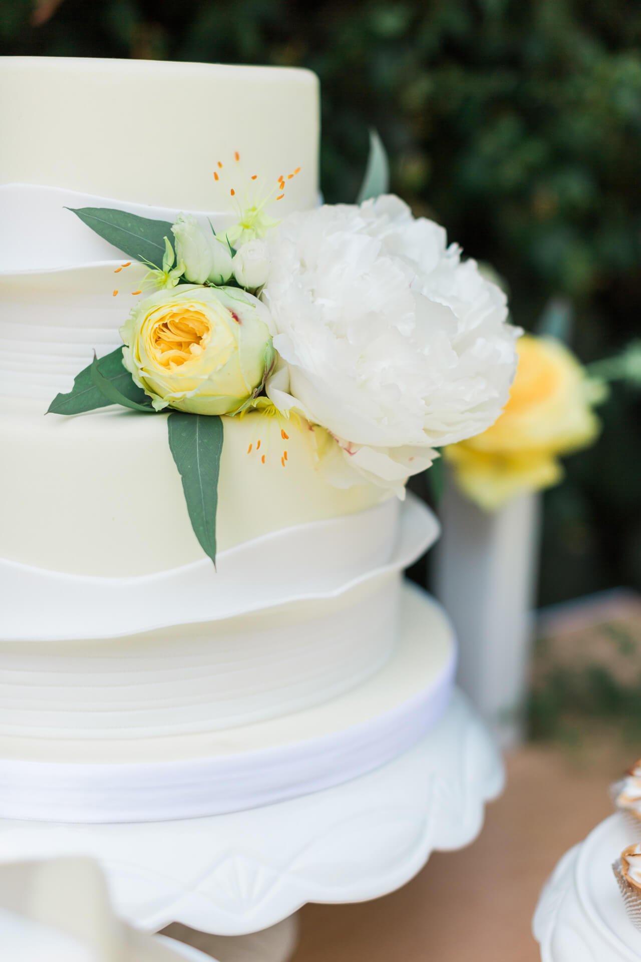 white cake with yellow flowers for yellow-themed baby shower