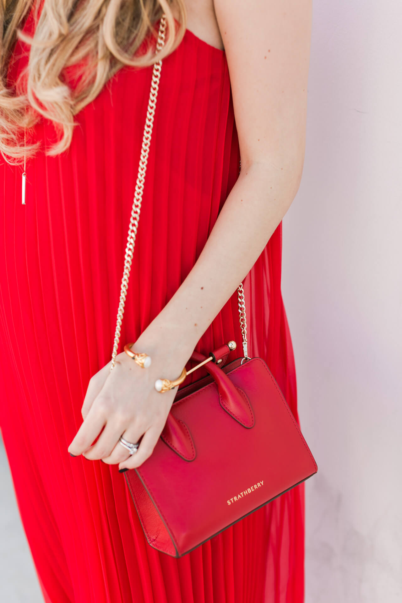 this red bag with chain strap is so pretty for fall and winter!