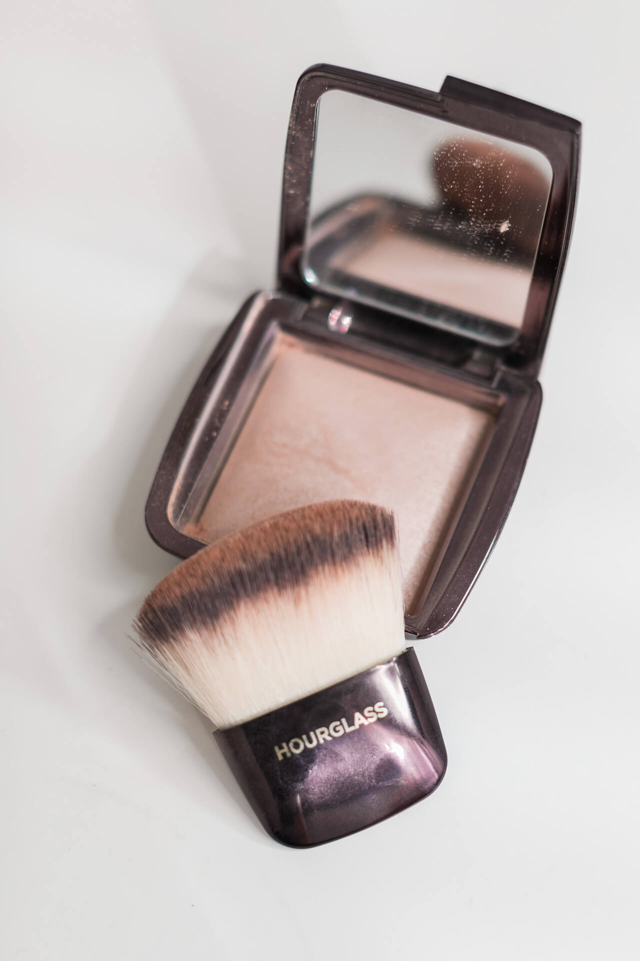 hourglass ambient powder in luminous light