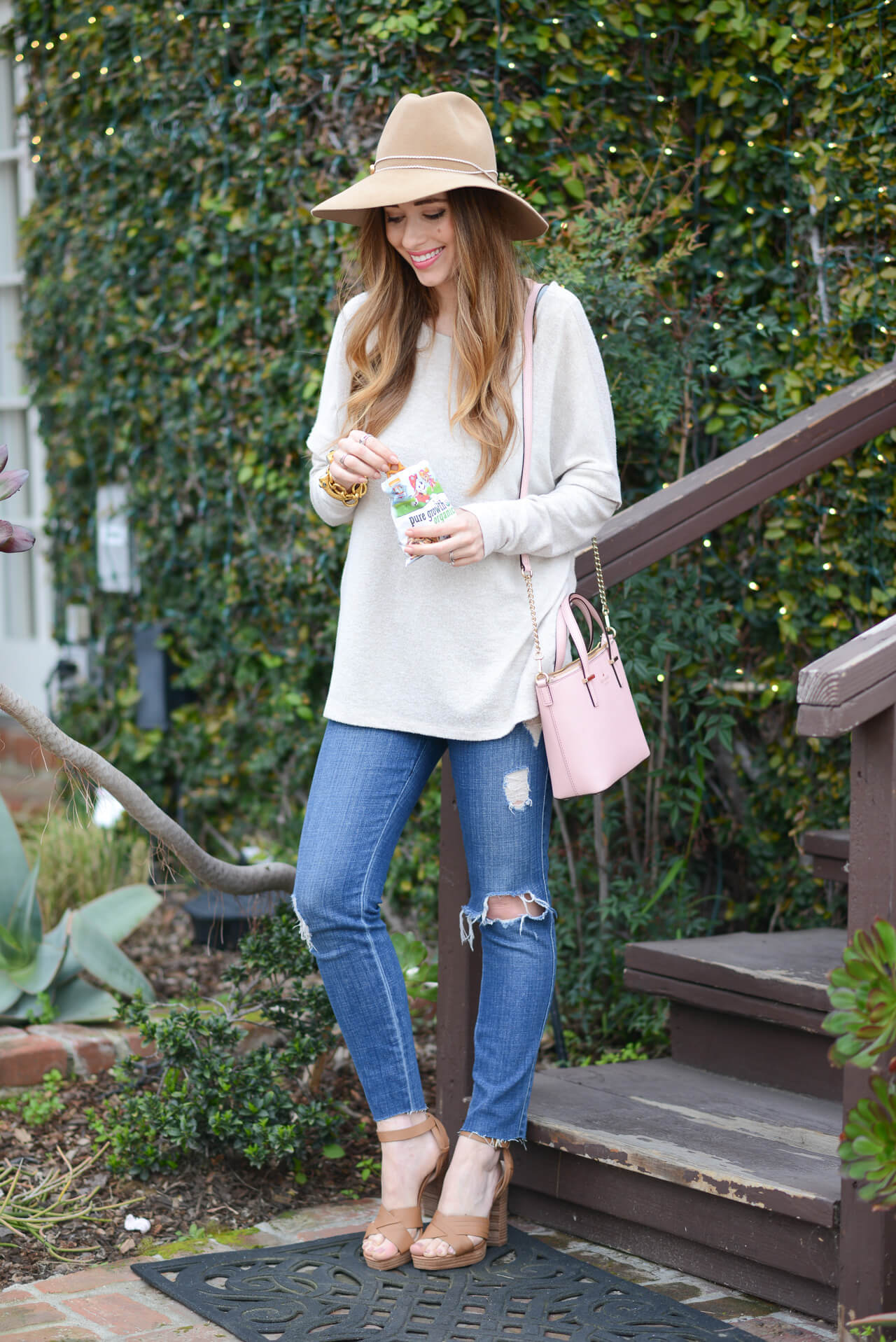 outfit inspiration: beige sweater, distressed jeans and wool hat