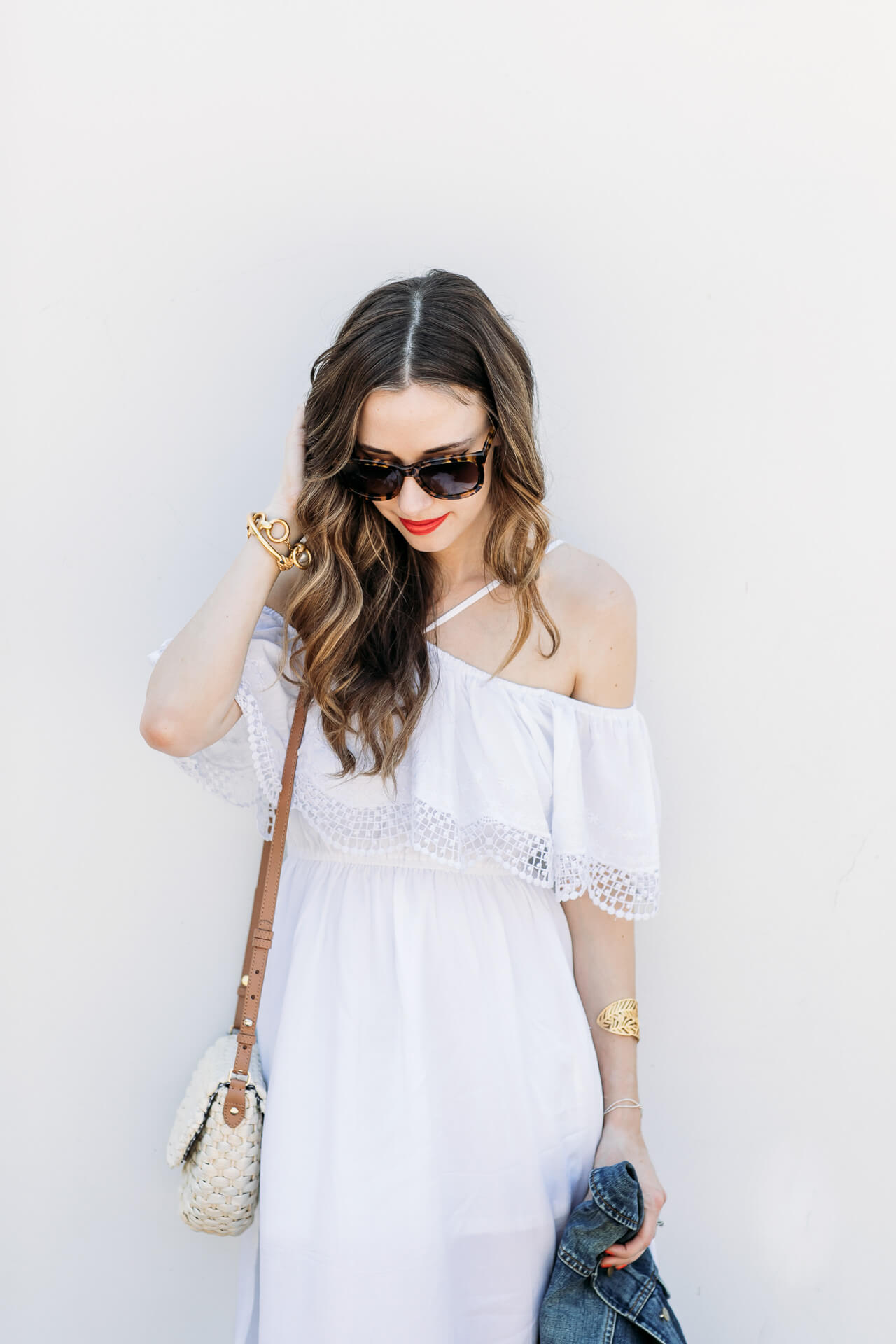 Gorgeous wavy brunette hairstyles with cute straw bag