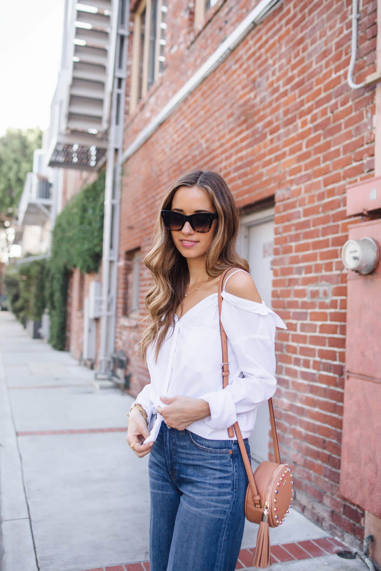 classic outfit inspiration - white button up with jeans