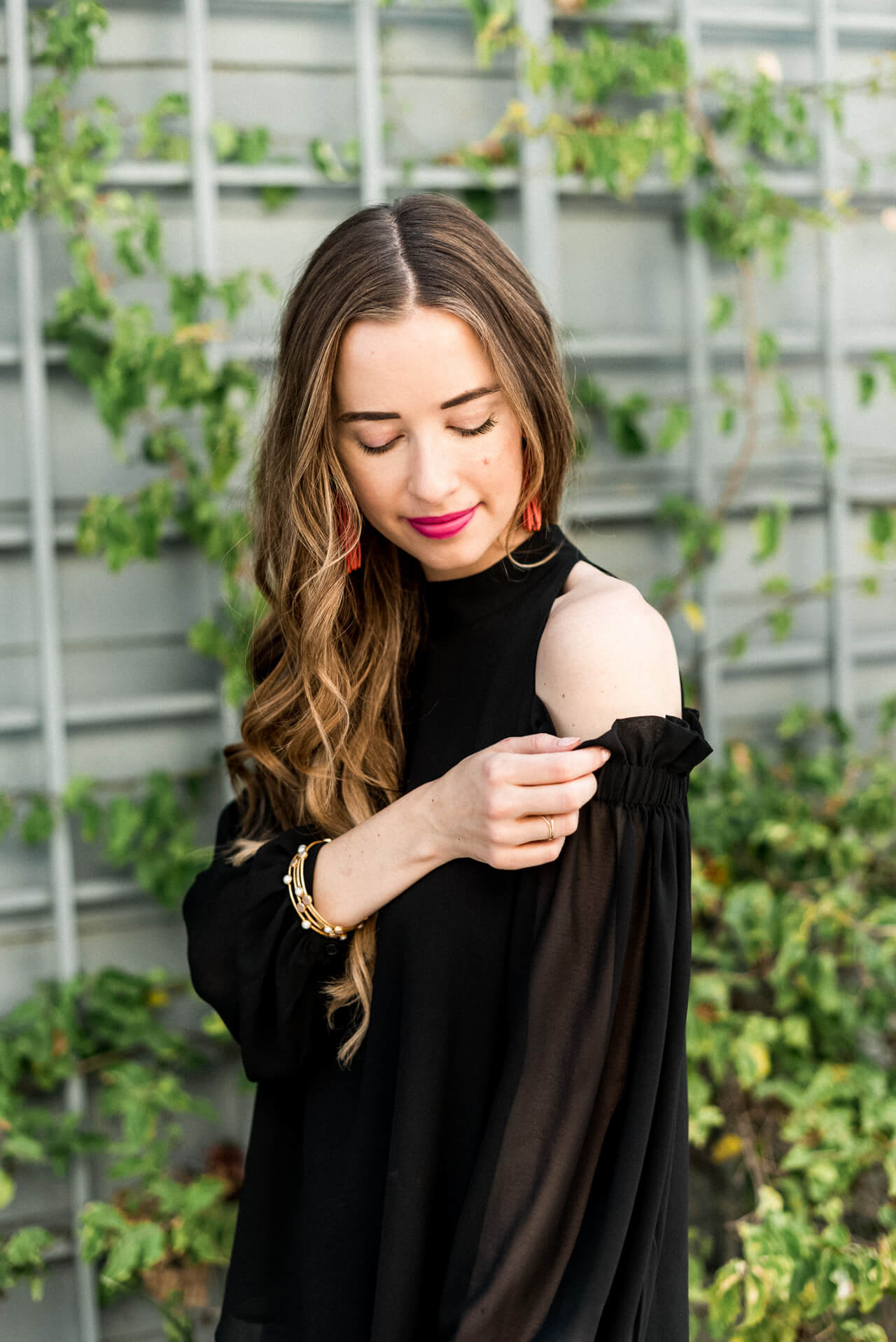 this cold-shoulder top is so feminine yet edgy for your summer date night - M Loves M @marmar