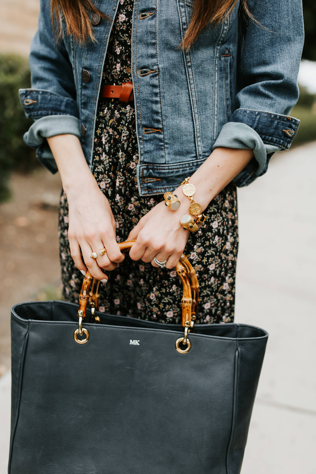 This black leather tote bag is so perfect for work or travel! | M Loves M @marmar