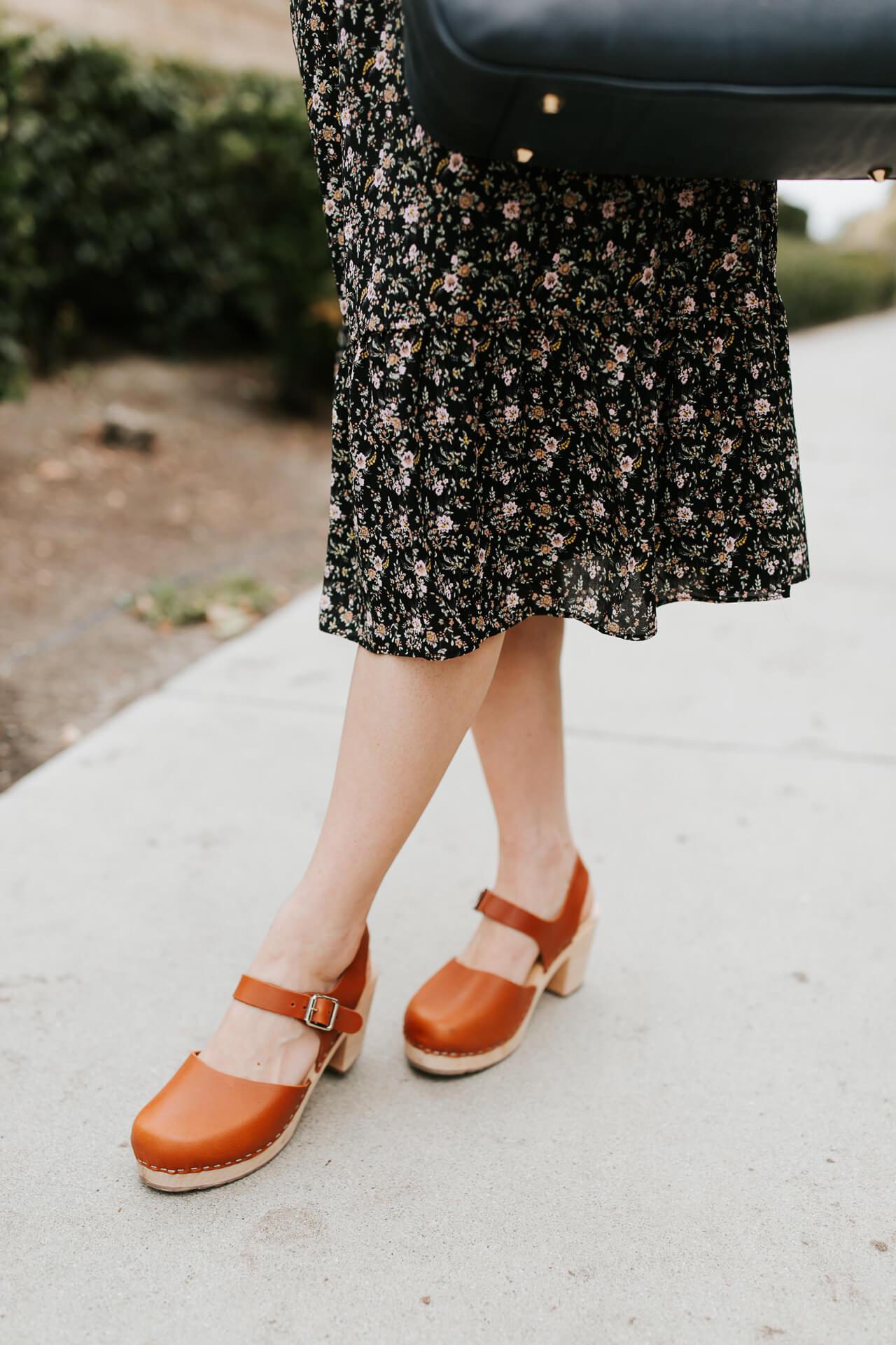These retro shoes are too cute! I love a good pair of clogs! | M Loves M @marmar