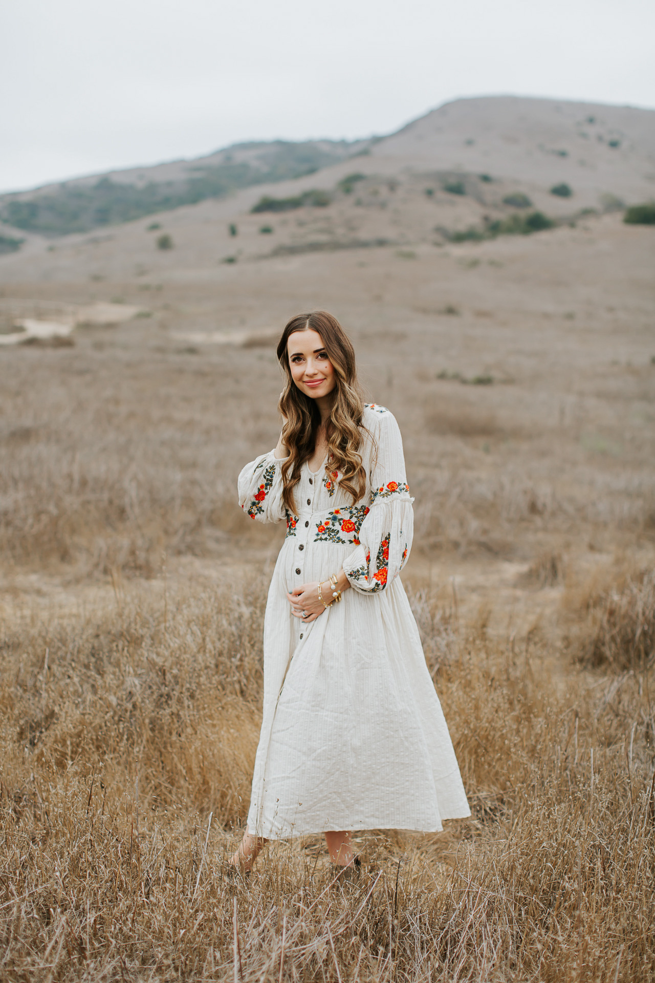 A pretty maternity dress to wear for a pregnancy announcement! | M Loves M @marmar
