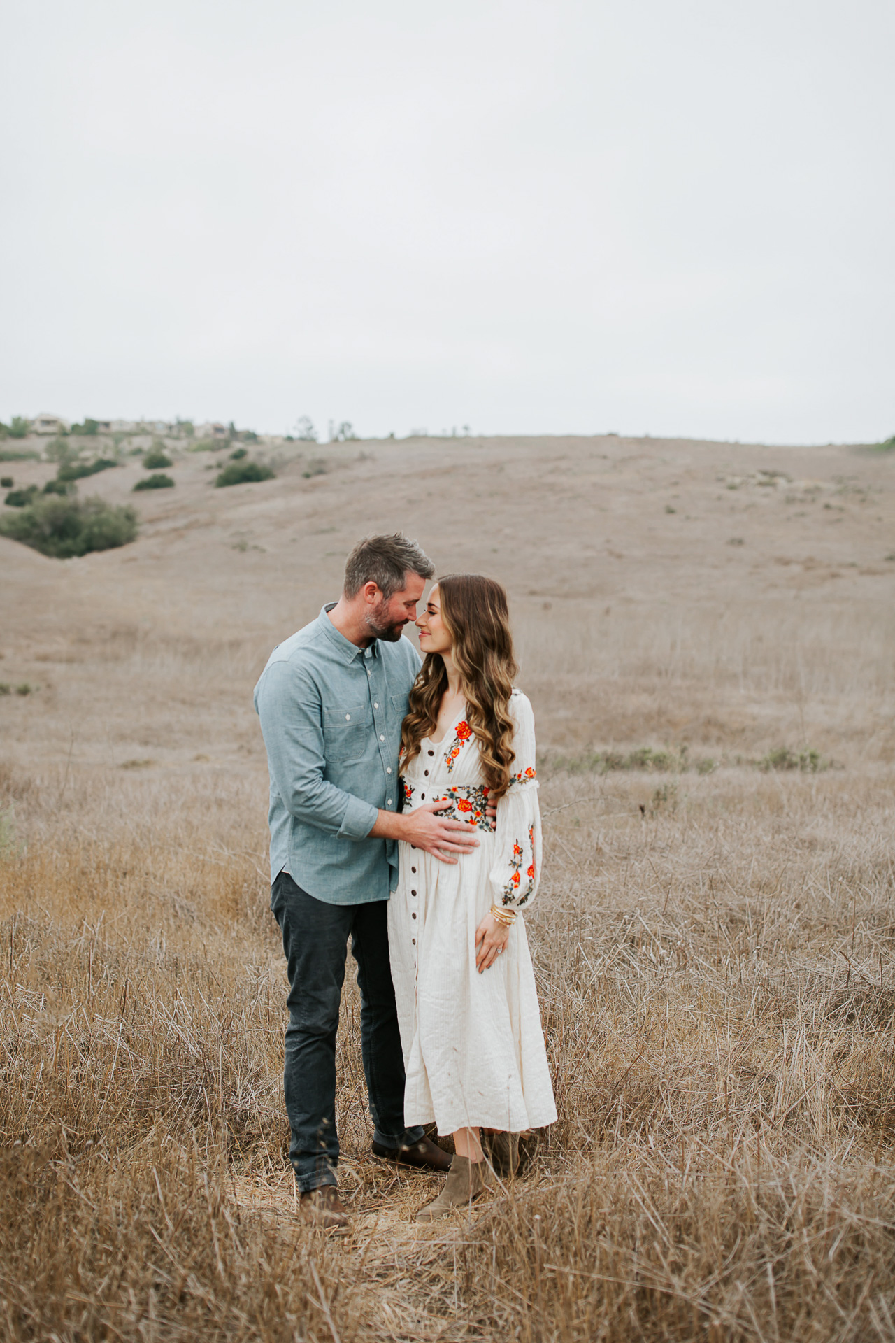 A maternity photoshoot in the fields. | M Loves M @marmar