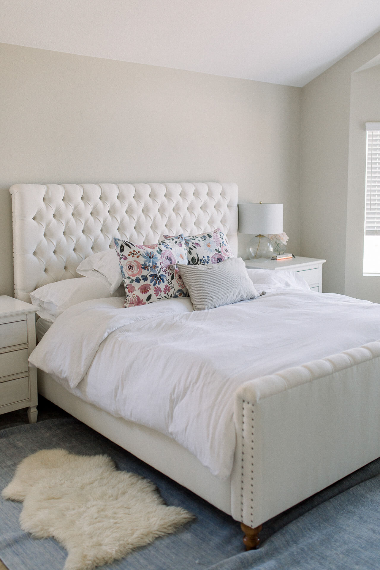 I love this neutral bedroom decor!