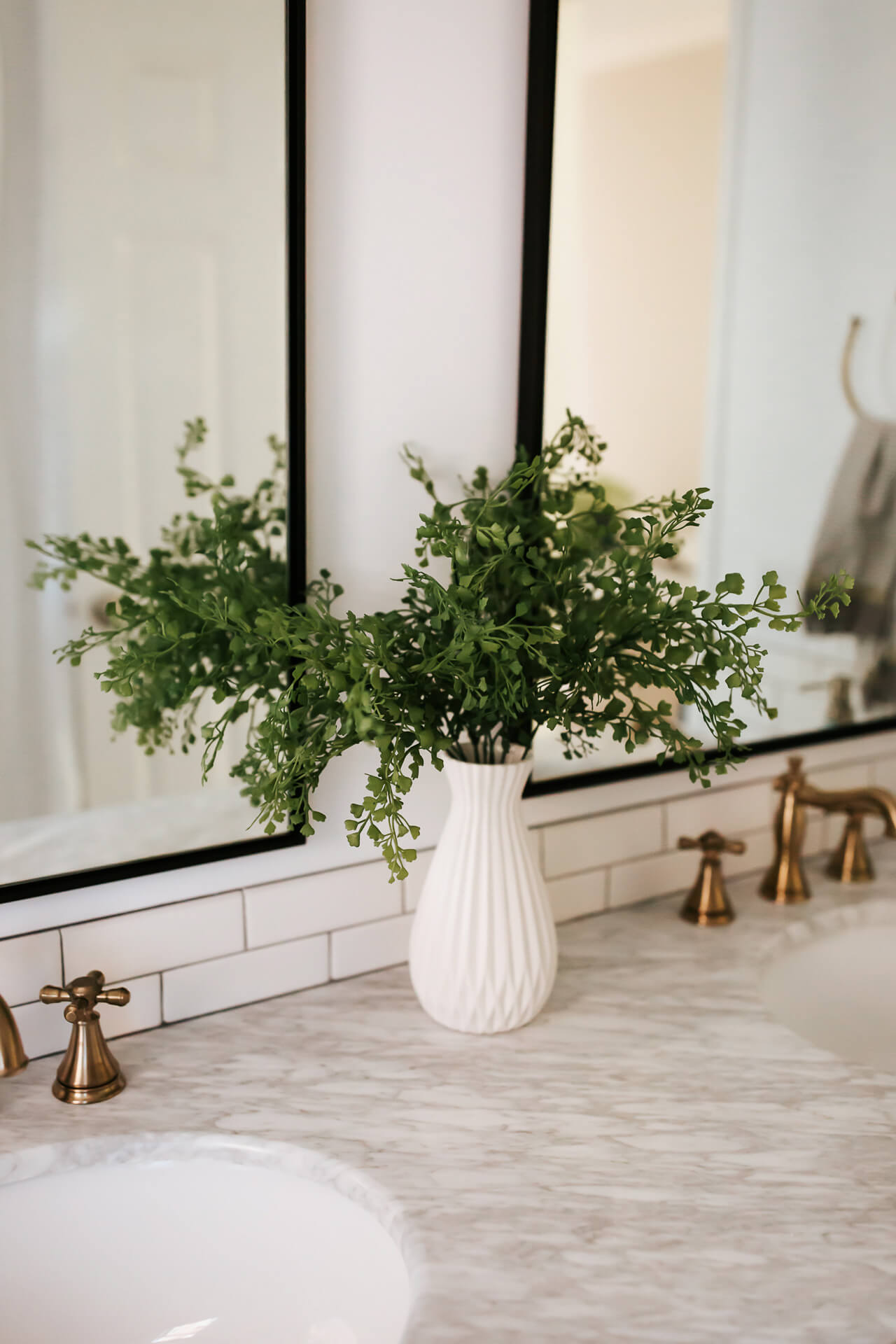 This white bathroom decor is so chic! - M Loves M @marmar
