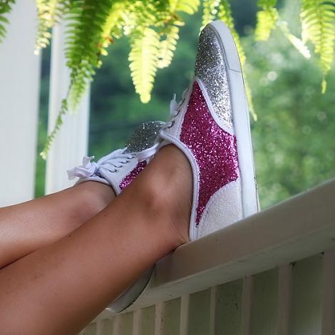 https://i2.wp.com/mm.ideasdiy.com/uploads/2013/04/decorar-zapatos-zapatillas-con-purpurina-5.jpg