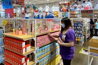 Singapore customers choose blind boxes in MINISO store