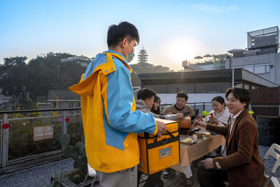 """A """"Rocketman"""" (aka Suning's delivery guy) is delivering hotpot ingredients packaged in a special cold chain container"""