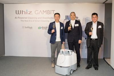 圖片說明(由左至右): 軟銀機器人香港銷售總監葉鎮濤先生、鎧耀環境衛生科技首席執行官何偉康先 生、香港通用檢測認證有限公司東北亞區創新科技研發及拓展部副總裁陳志強博士