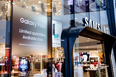 Samsung Galaxy Fold at Samsung Experience Store, CF Toronto Eaton Centre (CNW Group/Samsung Electronics Canada Inc.)