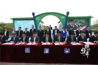 Ceremonia de firma de proyectos en el 2020 China Yangzhou Flowery March International Economic, Trade and Tourism Festival. (Foto/Voice of Yangzhou) (PRNewsfoto/Xinhua Silk Road Information Se)