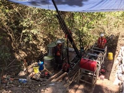 Figure 3: Chachalaca Target – (a) NW150 Diamond Rig and (b) a Swarm of Quartz Veinlets (CNW Group/GR Silver Mining Ltd.)
