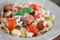 Tagliatelle z pomidorami i prażonymi orzecham