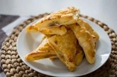 Serowo-pieczarkowe trójkąciki z ciasta francuskiego