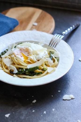 Makaron z jajkiem i szparagami