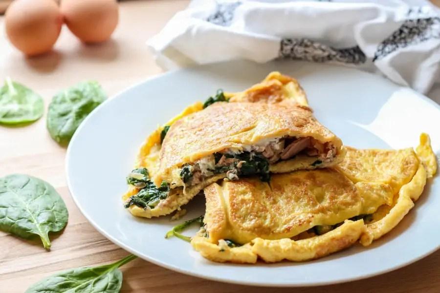 Omlet z tuńczykiem i szpinakiem - śniadanie dla dwojga