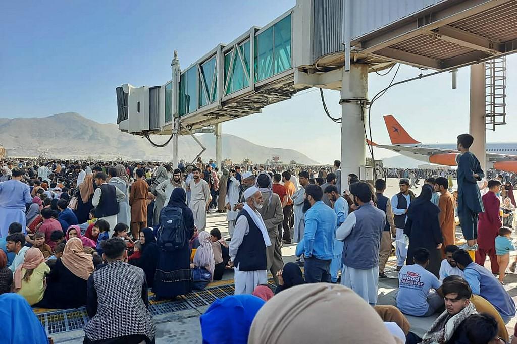 Vuelos militares y civiles suspendidos en el aeropuerto de Kabul