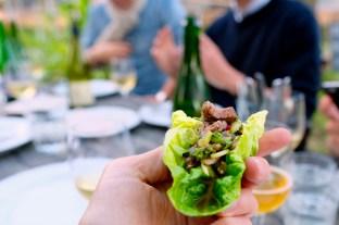 Jedna z przystawek: wołowina po tajsku na liściach rzymskiej sałaty