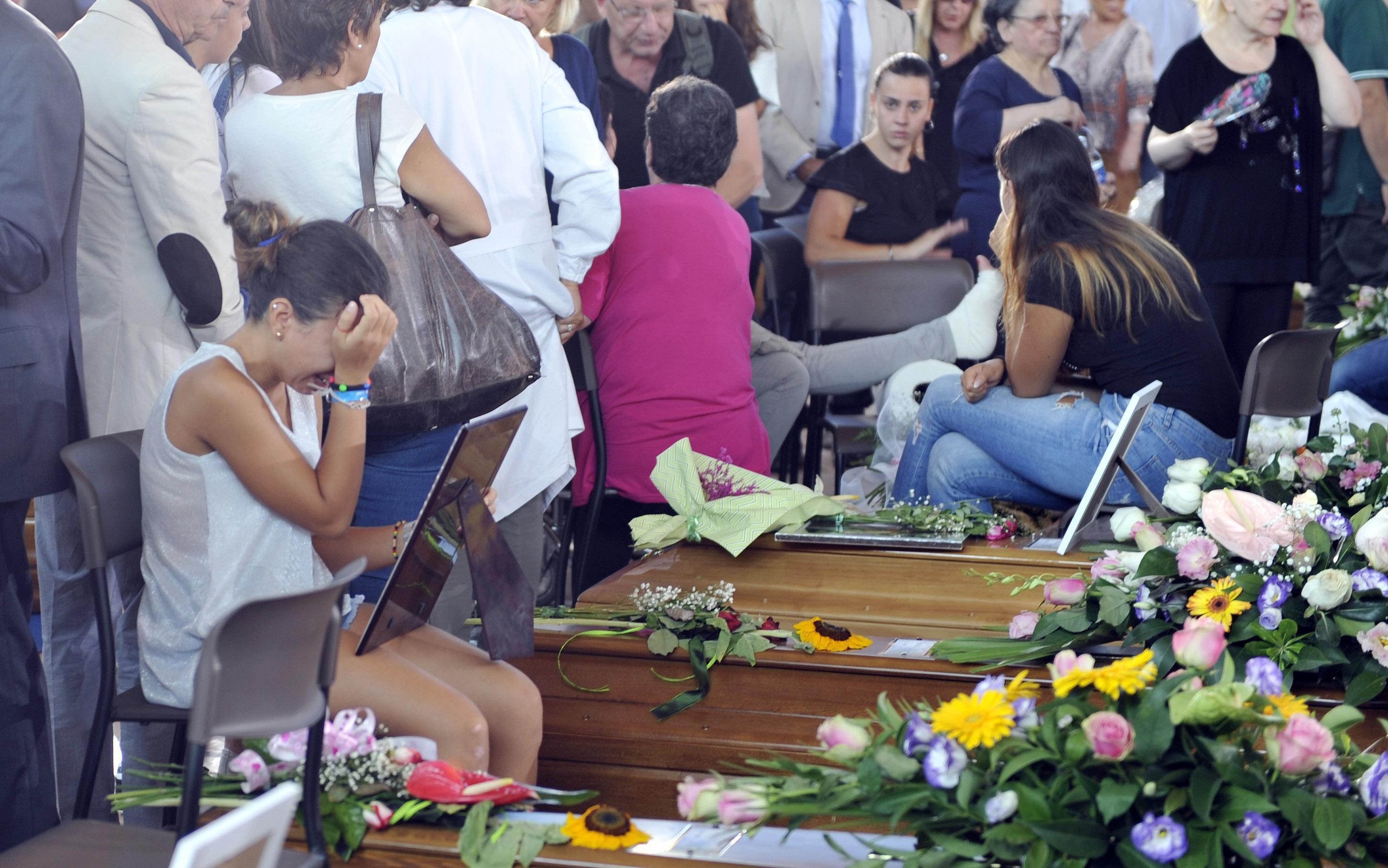 Sisma: celebrati funerali vittime, bilancio sale a 290 morti