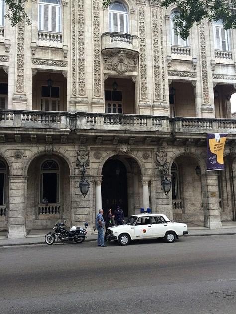 【キューバ】パトカーと白バイ