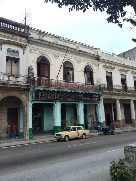 【キューバ】水色の家と黄色い車