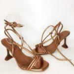 Sandália de salto taça metalizada com amarração