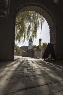 Schattenspiel vom Schloss Thun mit Blick auf die Stadtkirche Thun