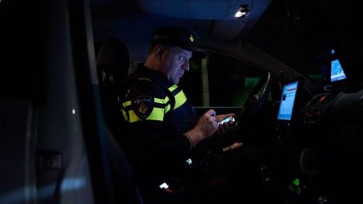 politie agent-in-dienstauto nacht