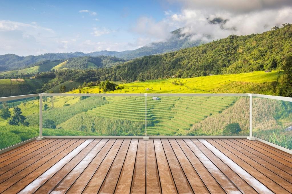 Moag distributor Q-rail exterior glass railing