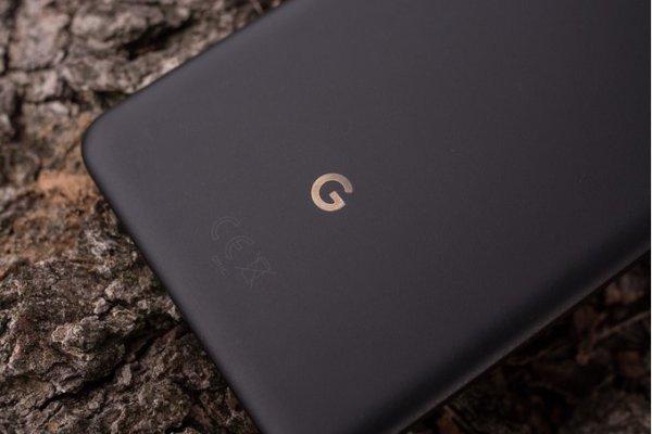 Google jobbar på trådlös laddare till Pixel 3 med inbyggd Google Assistent