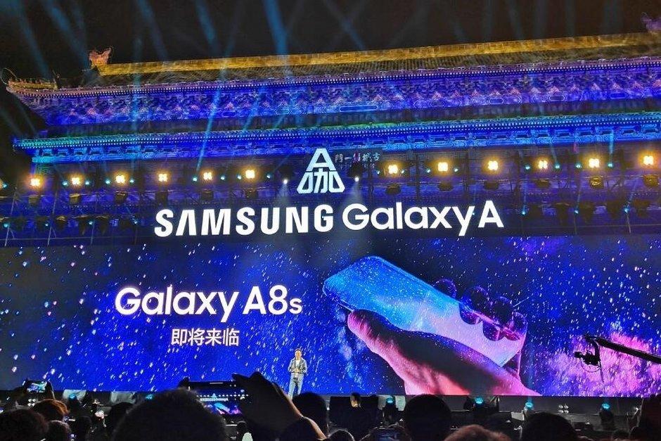 Samsung puffar för Galaxy A8s med hål i displayen