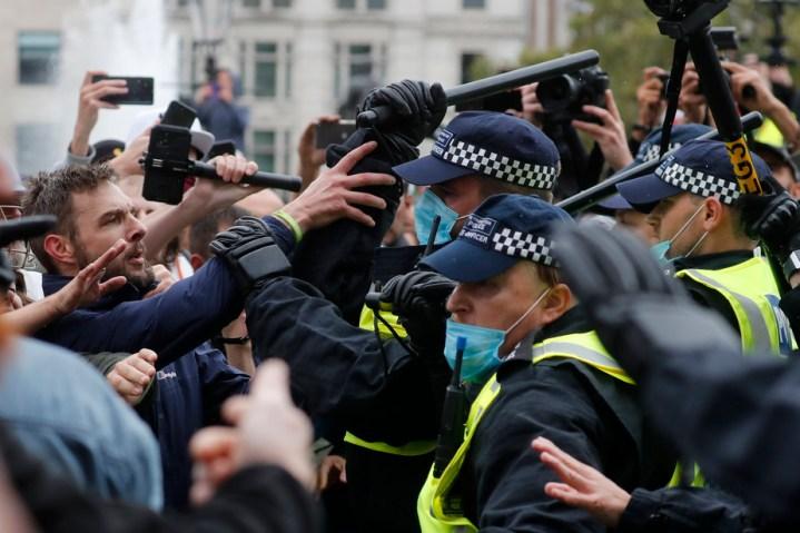 Manifestation anti-confinement à Londres | Dix personnes arrêtées et quatre policiers blessés