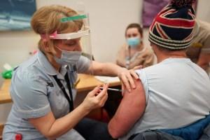 Le Royaume-Uni élargit sa campagne de vaccination aux plus de 70ans