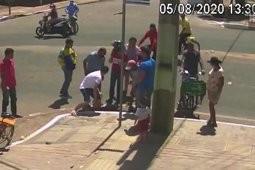 Elle tombe dans une bouche d'égout après un accident de scooter