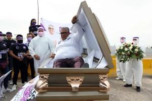 Un candidat mexicain lance sa campagne à l'intérieur d'un cercueil