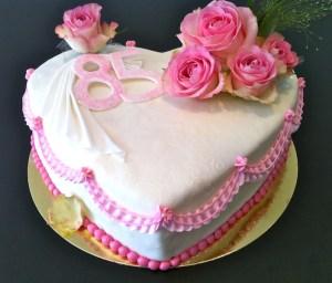 Torte-Herz-mit-echten-Rosen