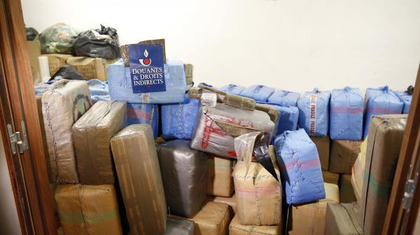Photo prise par le service des douanes d'une partie des 7,1 tonnes de cannabis retrouvées dans des camionnettes garées en plein Paris, le 18 octobre 2015.