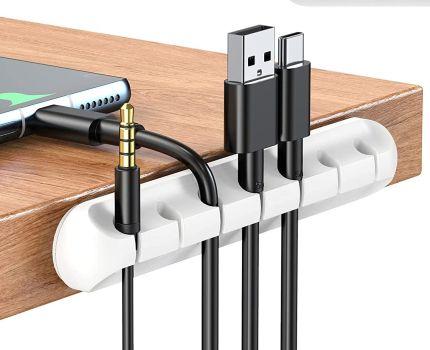 スマホやイヤホンのケーブルのごちゃごちゃを解消しテーブルをスッキリできるケーブルホルダーは便利