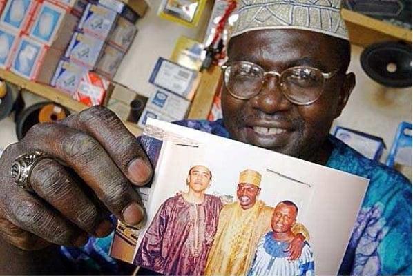"""c7916e4ebcd17 Abongo """"Roy"""" Malik Obama displays a 1980s-era photograph of Barack Obama in  Kenya"""