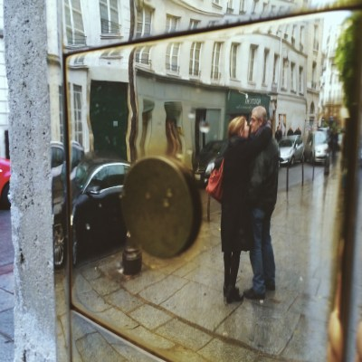 Couple pris dans le reflet du chrome d'un digicode