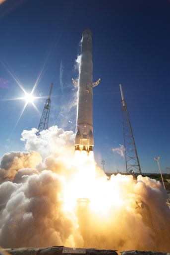 falcon9-rocket SpaceX Falcon 9 rocket achieves first private space flight