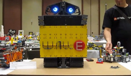 Wall-E-LEGO-NXT-Mindstorms Wall-E Robot Brought To Life With LEGO