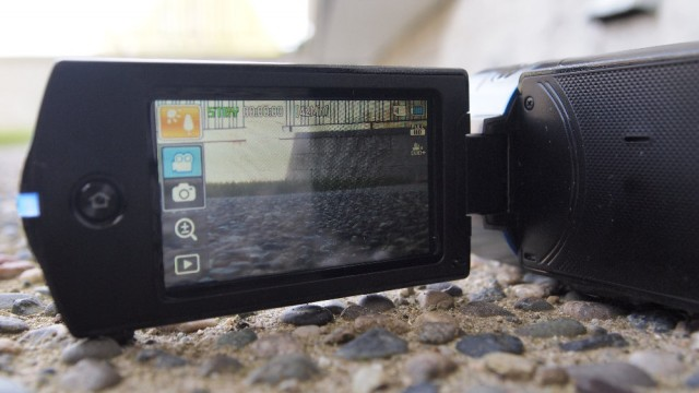 samcam-11-640x360 Review: Samsung HMX-QF20 HD Camcorder
