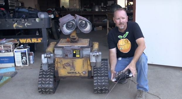 130805-walle Video: Real Life-Sized, Full Scale Wall-E Robot with Sound Effects