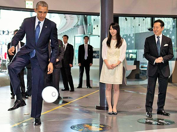 Robot2 President Obama Plays Football with Japanese Robot (VIDEO)